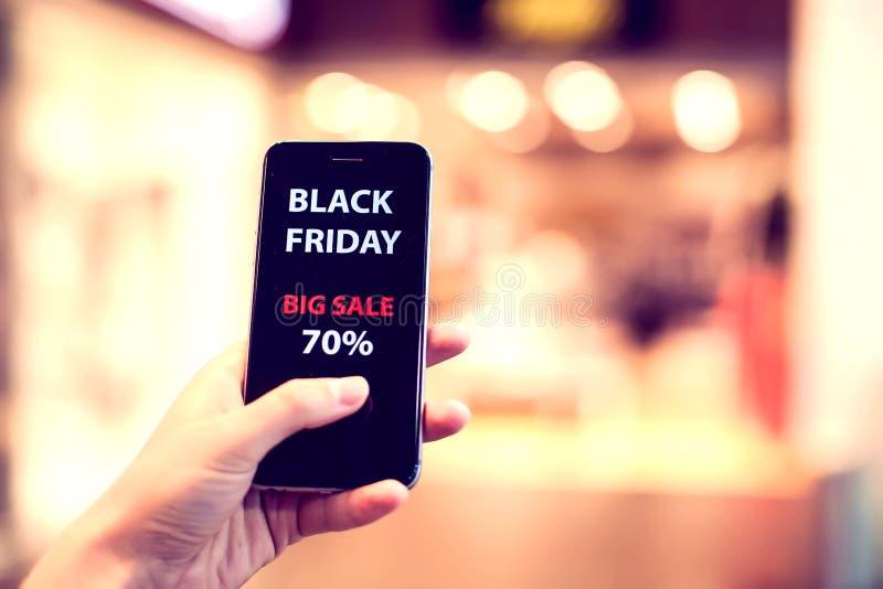 La gente, vendita, consumismo, concetto della pubblicità - vicino su di w immagine stock libera da diritti