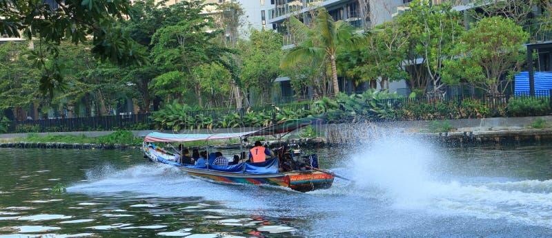 La gente viaggia in barca per evitare il traffico pesante durante le ore di punta fotografie stock libere da diritti