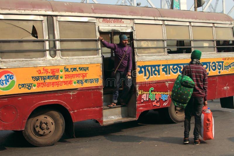 La gente viaja en autobuses públicos imagen de archivo