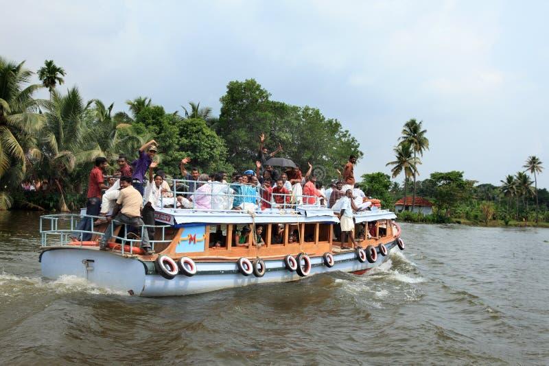 La gente viaja en un pequeño barco de pasajero en los remansos imagen de archivo libre de regalías