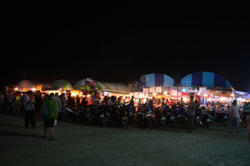 La gente viaja y comida y producto de compra en feria del mercado en annu imágenes de archivo libres de regalías