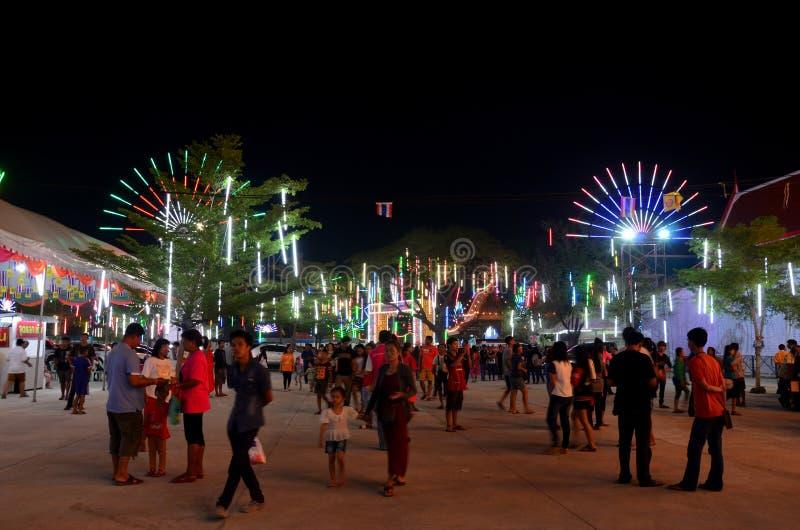 La gente viaja y mira la demostración de la iluminación y la rogación Wat Lam Pho imagen de archivo