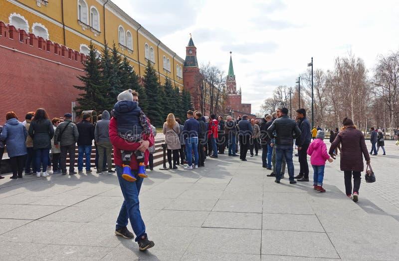 La gente vicino alla fiamma eterna alla parete di Cremlino a Mosca immagine stock