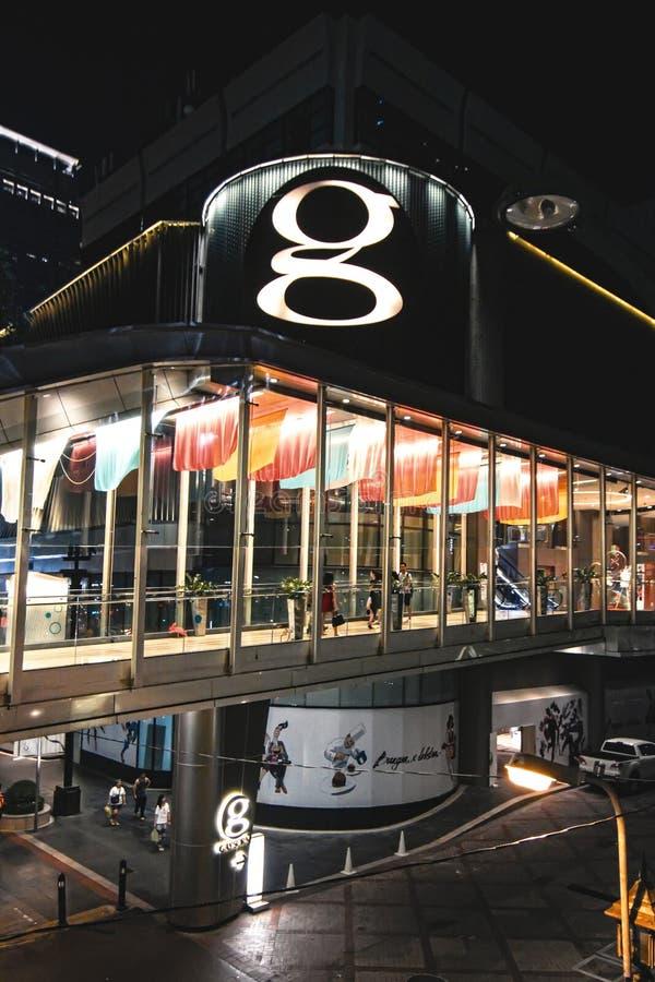 La gente viene alla compera al centro commerciale grande nuovo a Bangkok fotografie stock