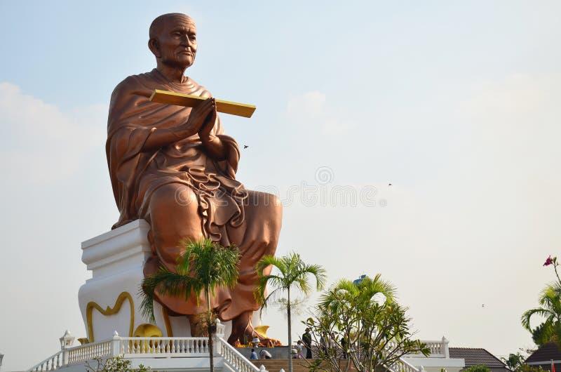 La gente viene a Wat Bot Temple per prega Somdej Toh immagini stock libere da diritti