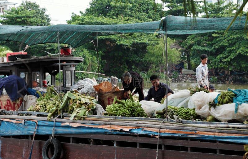 La gente vietnamita trasporta le banane a Ho Chi Minh City in barca fotografie stock libere da diritti