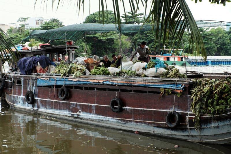 La gente vietnamita trasporta le banane a Ho Chi Minh City in barca fotografia stock
