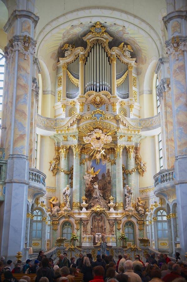 La gente visita la catedral famosa de Frauenkirche en Dresden, Alemania imagen de archivo