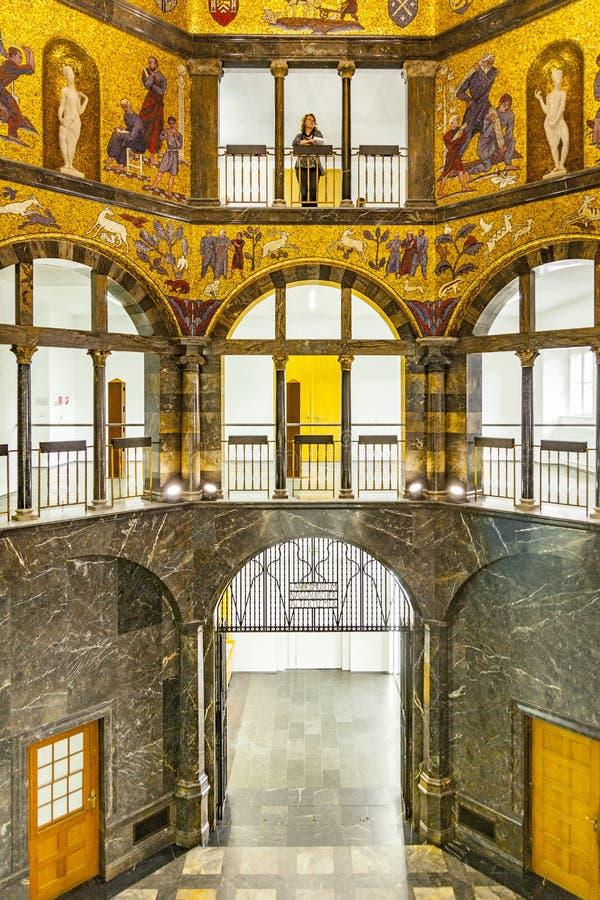 La gente visita el museo de la ciudad en Wiesbaden fotos de archivo libres de regalías