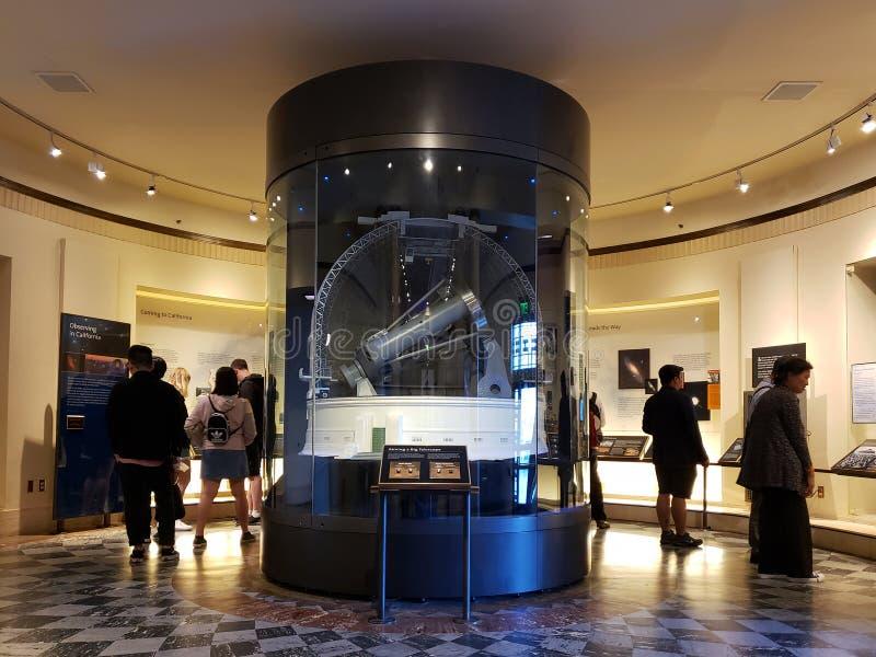 La gente visita Griffith Observatory che il museo Los si inclina fotografie stock libere da diritti