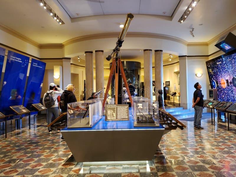 La gente visita Griffith Observatory che il museo Los si inclina fotografia stock
