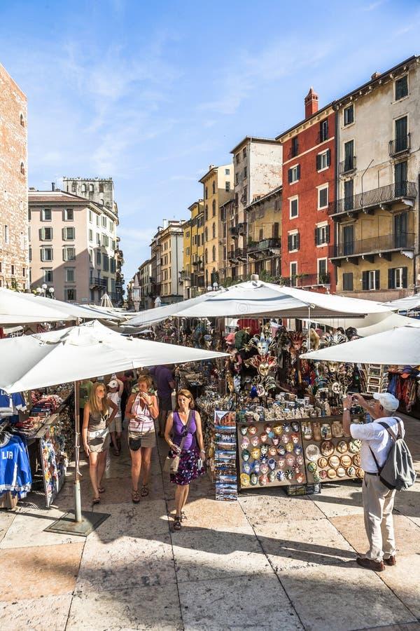 La gente visita i mercati di strada a Verona fotografia stock libera da diritti