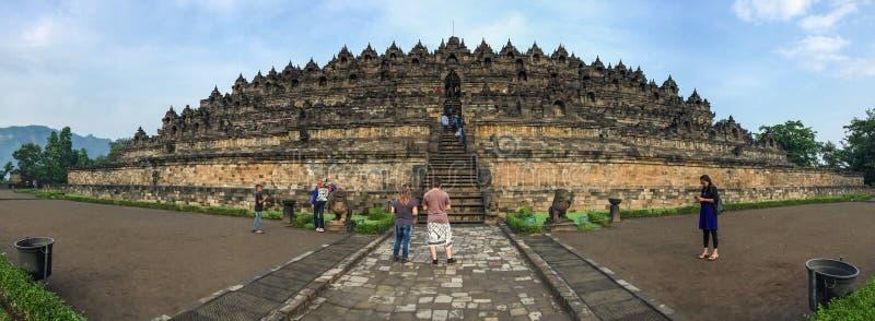 La gente visita il Borobudur, Indonesia immagini stock libere da diritti
