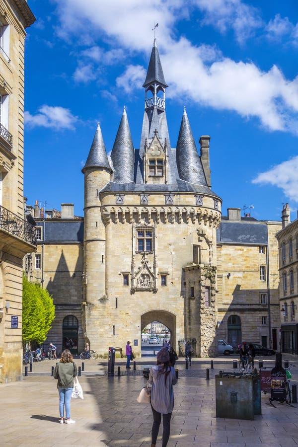 La gente visita Porte storico Cailhau in Bordeaux fotografie stock