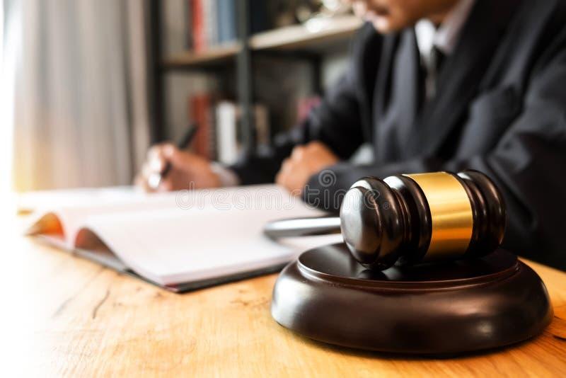 La gente y los abogados que discuten el contrato empapela sentarse en la tabla foto de archivo