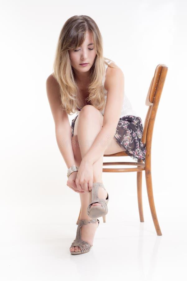 La gentille femme blonde s'asseyent photographie stock libre de droits