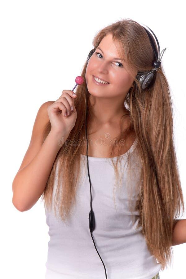 La gentille fille écoute la musique photo libre de droits