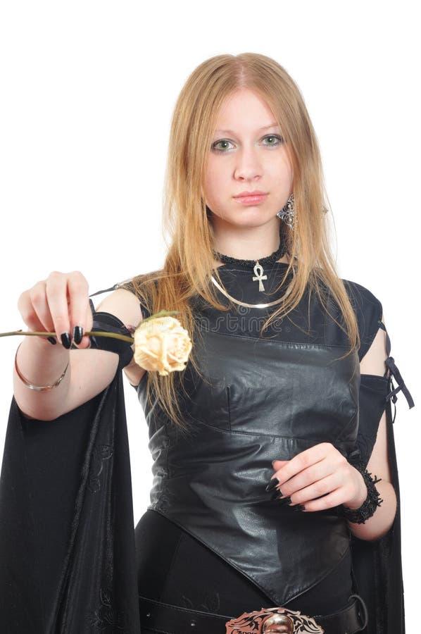 La gentille fille gothique avec sec s'est levée à disposition photo libre de droits
