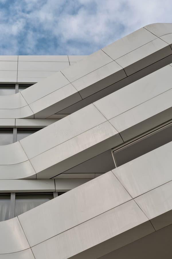 La geometría urbana, mirando para arriba al metal blanco cladded el edificio modo imagen de archivo