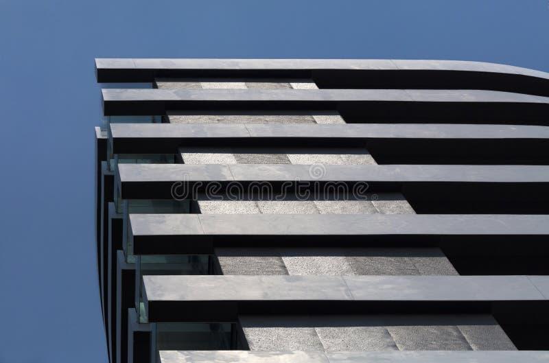 La geometria rettilinea di un edificio residenziale moderno immagini stock