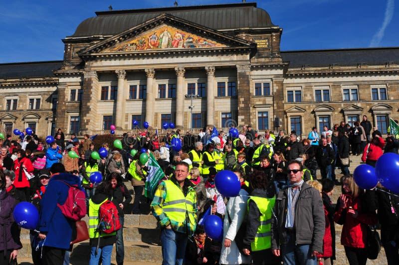 La Germania: Colpo del bilancio dell'insegnante davanti al governo di finanza di Sassonia fotografie stock