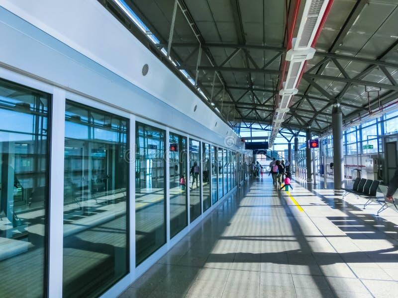 La Germania - Hesse - aeroporto di Francoforte - treno dell'orizzonte sul suo itinerario, il servizio ferroviario automatico libe fotografie stock libere da diritti