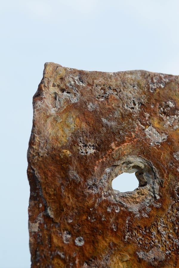 La Germania, Schlesvig-Holstein, Heligoland, vecchio molo, vecchia pietra con il foro fotografia stock