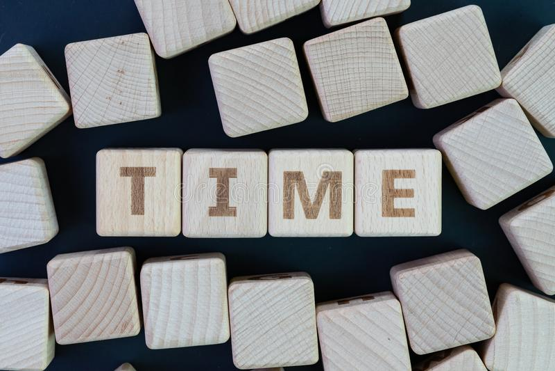 La gestión de tiempo, el plazo, el horario y el concepto del recordatorio, se rezagan los bloques de madera del cubo con alguna c imagenes de archivo
