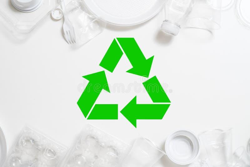 La gestione dei rifiuti dell'ecologia che ricicla la plastica dispone immagini stock libere da diritti