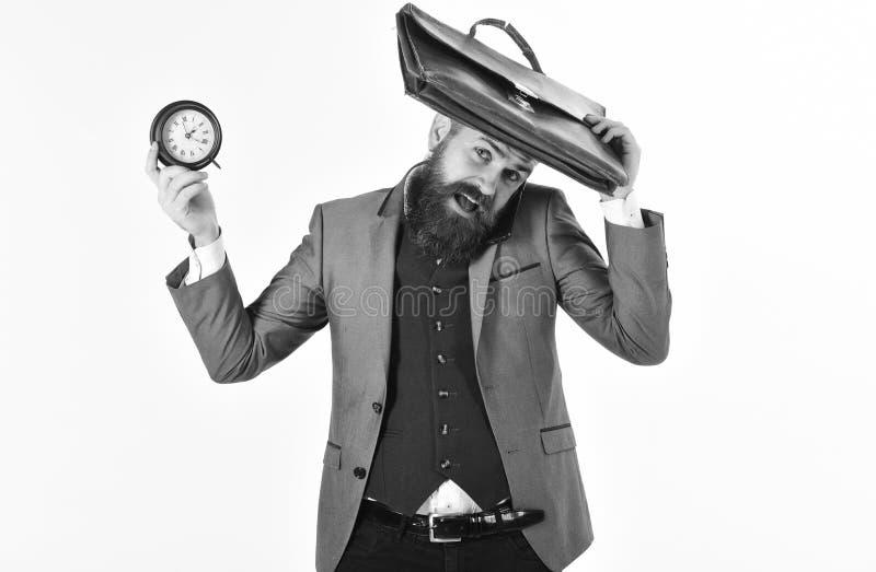 La gestione di tempo, sveglia, si affretta, sollecita, fuori orario, il concetto di termine Uomo con l'orologio e la cartella iso fotografie stock libere da diritti