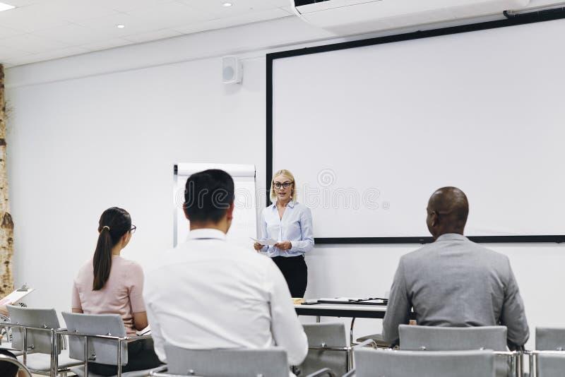 La gestionnaire fait une présentation à son personnel diversifié photos stock
