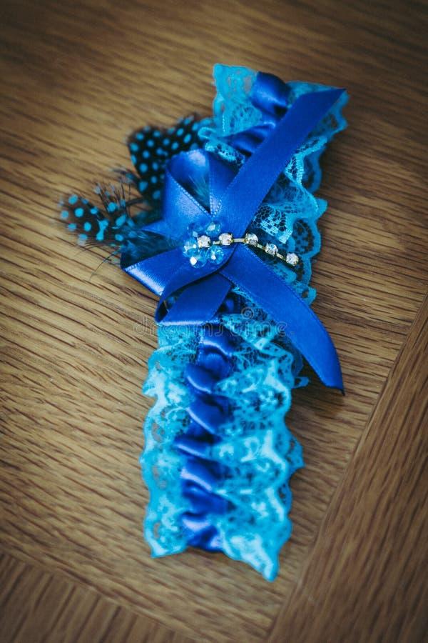 La giarrettiera blu per le nozze fotografie stock