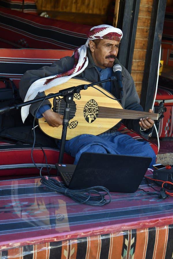 La Giordania, Wadi Rum, musicista immagini stock