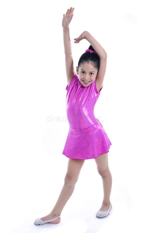 La giovane bambina sveglia latina nel dancing ed il balletto praticano immagine stock libera da diritti