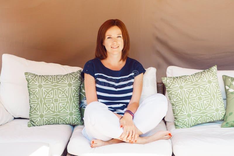 La giovane bella donna caucasica bianca invecchiata mezzo sorridente con capelli rossi lunghi ballonzola immagini stock