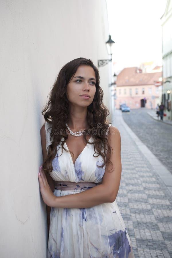 La giovane bella donna con uno sguardo scorrente dei capelli immagini stock