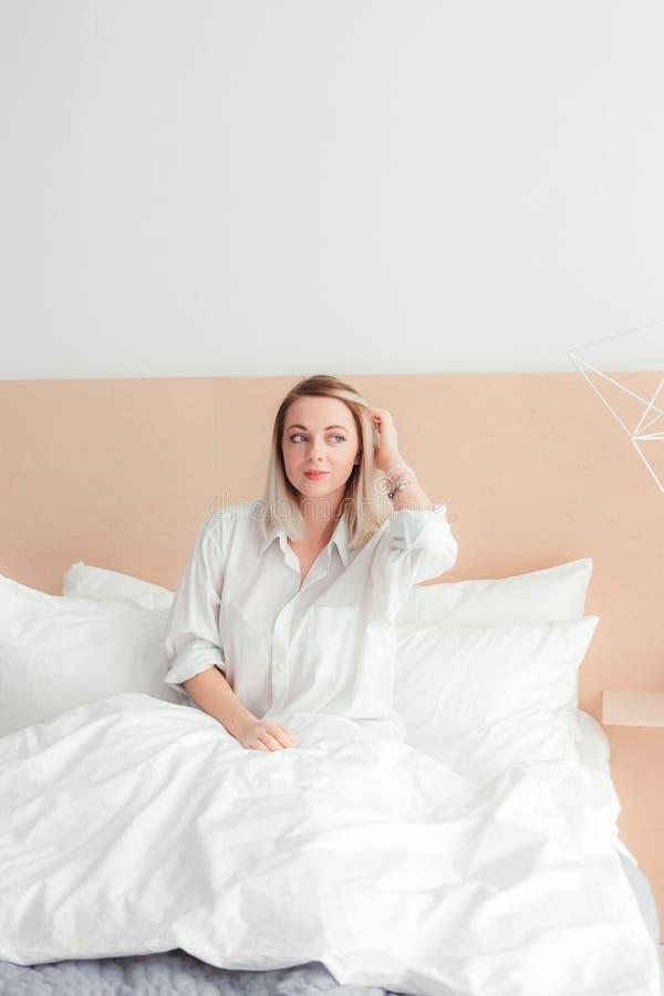 La giovane bella ragazza sveglia fotografia stock