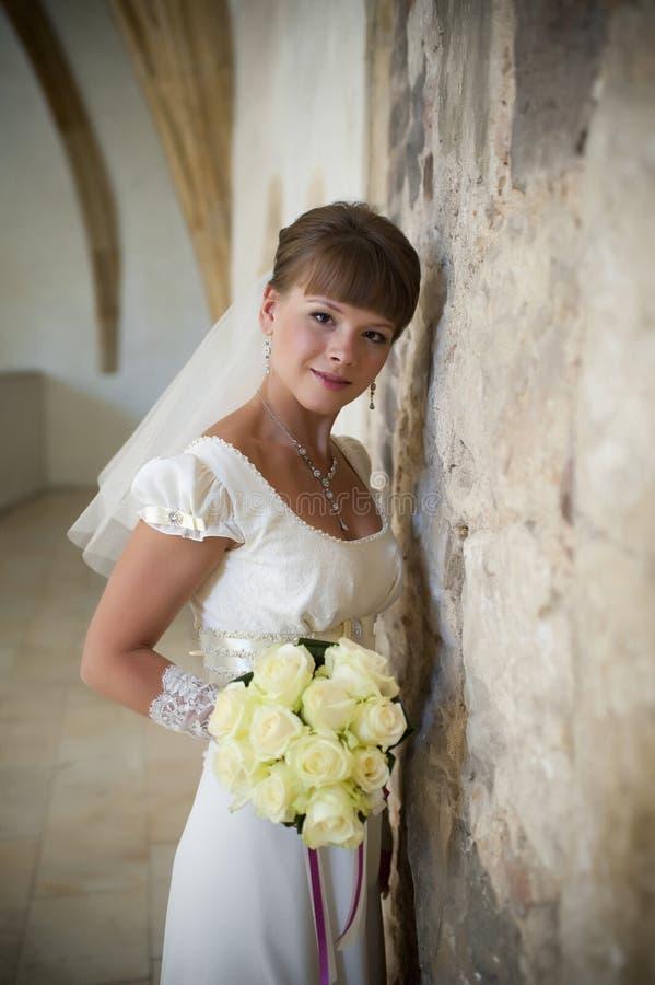 La giovane bella sposa felice la donna in un vei immagini stock