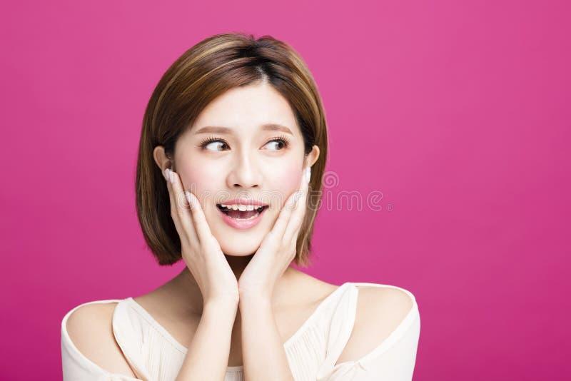 La giovane bellezza sorpresa guarda da parte fotografie stock libere da diritti