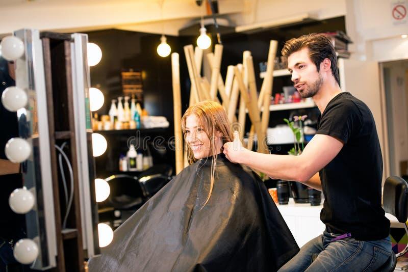 La giovane bionda è felice al salone dei capelli fotografie stock libere da diritti