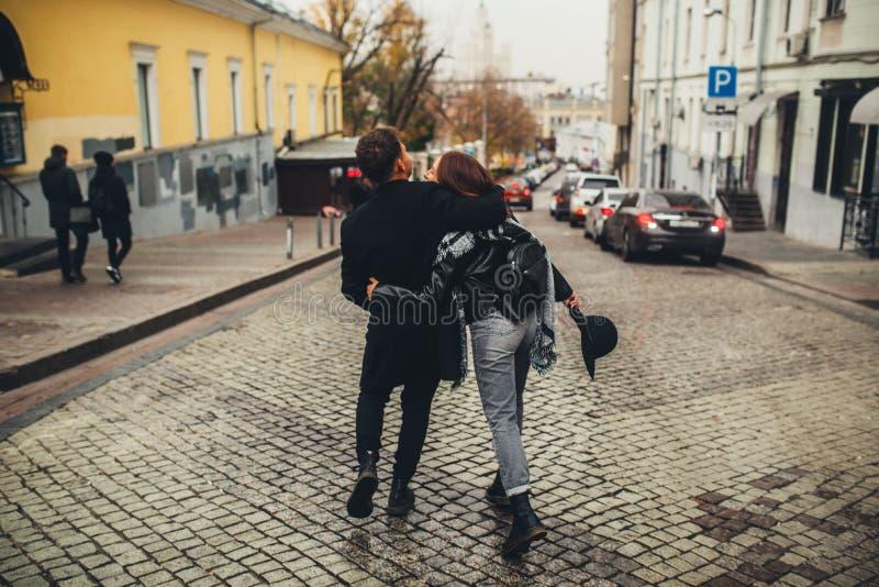 La giovane coppia cammina sulla città immagine stock