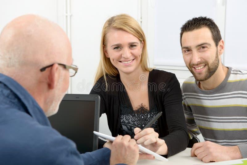 La giovane coppia compra una casa immagini stock