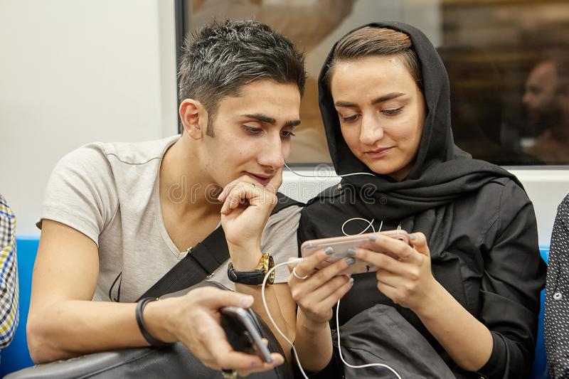 La giovane coppia comunica la metropolitana sotterranea dell'interno, Tehra immagine stock libera da diritti