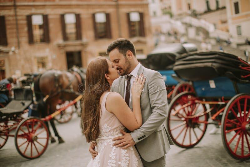 La giovane coppia di nozze vicino allo Spagnolo fa un passo Scalinata di Trinit immagini stock