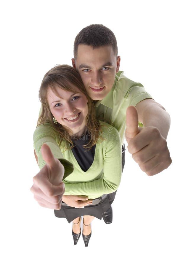 La giovane coppia mostra che la mano GIUSTA canta immagini stock