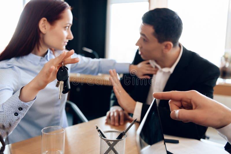 La giovane coppia risolve l'emissione di divisione della proprietà nell'ufficio del ` s dell'avvocato per il divorzio fotografia stock