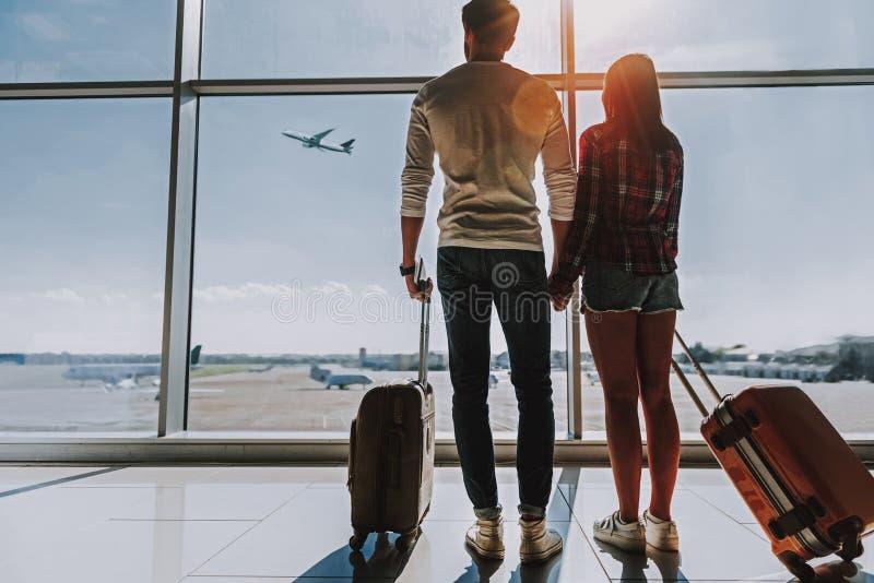 La giovane coppia sta andando insieme su luna di miele immagini stock