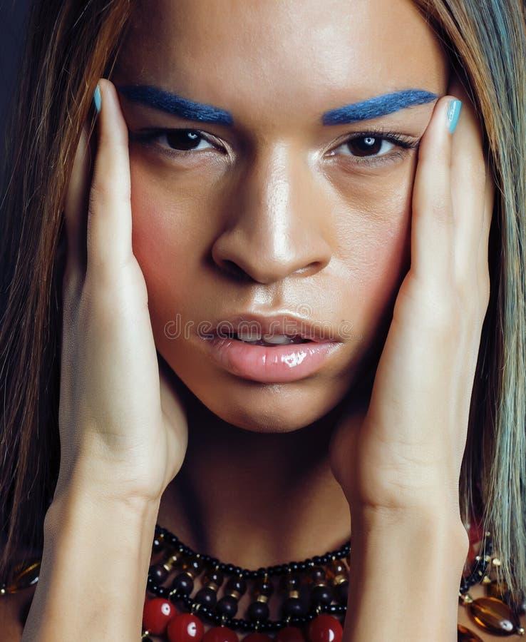 La giovane donna afroamericana con creativo compone fotografia stock