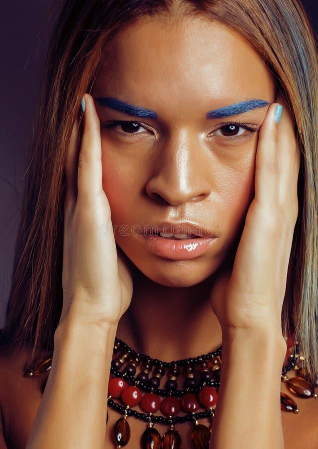 La giovane donna afroamericana con creativo compone immagini stock