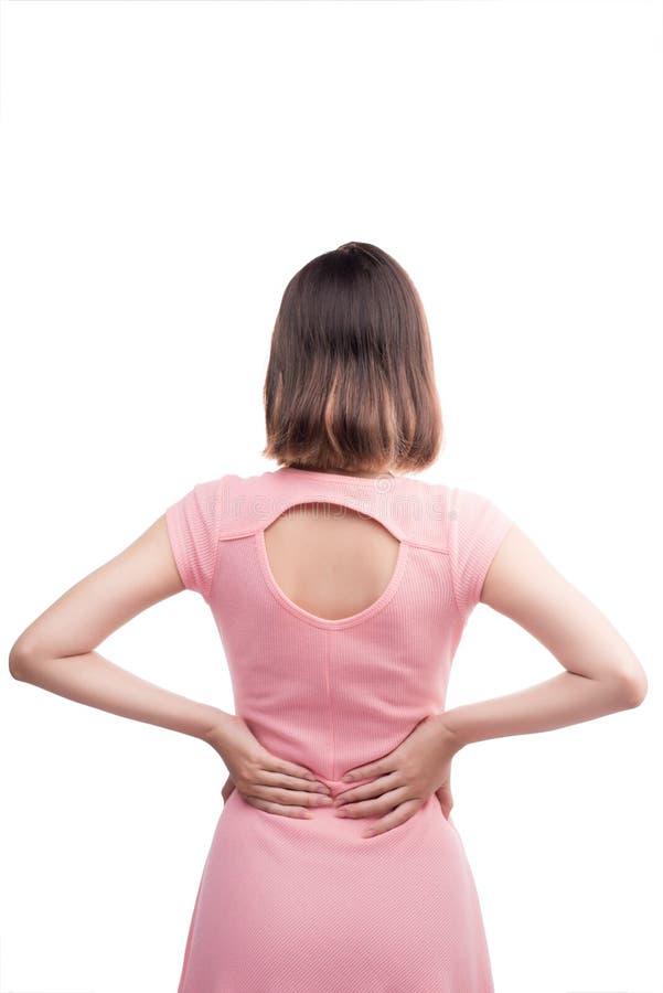 La giovane donna asiatica sta avendo dolore alla schiena Sopra fondo bianco immagine stock